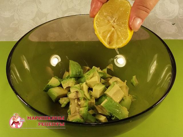 Польем авокадо соком свежевыжатого лимона
