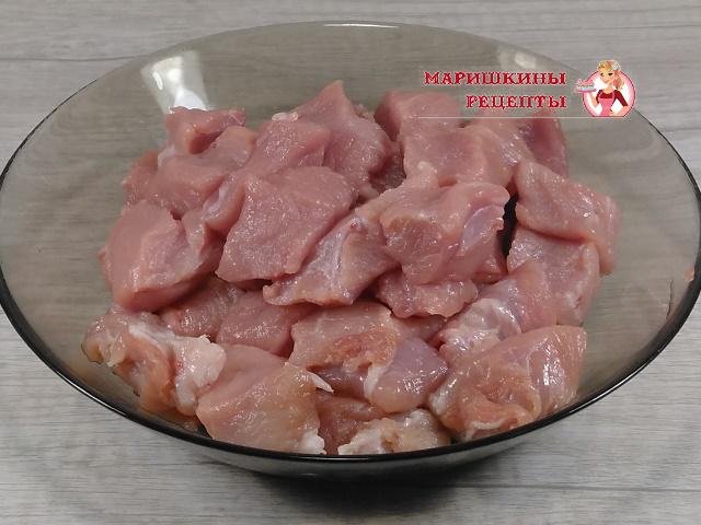 Нарежем свинину на мелкие кусочки