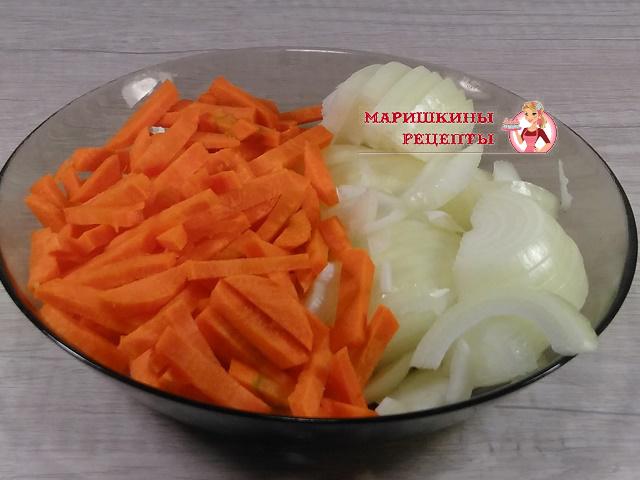 Нарежем морковь и репчатый лук