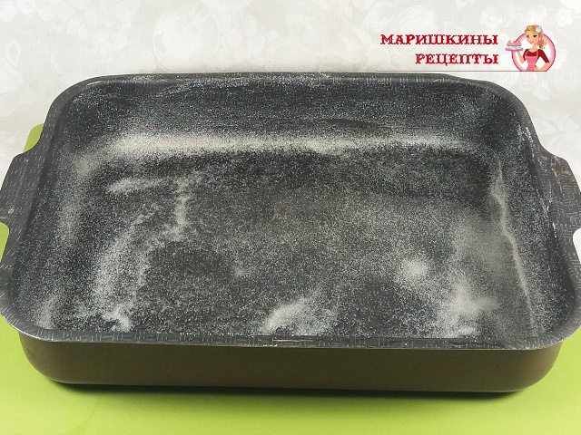 Посыплем форму для выпекания сухой манкой