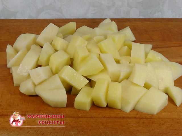 Нарежем кубиками картофель