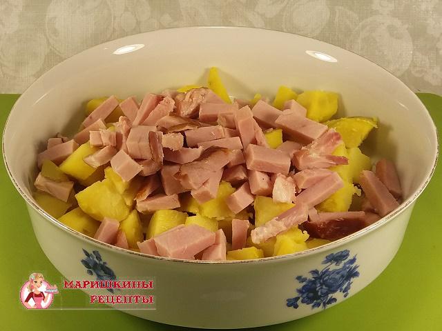 Засыплем ветчину к картофелю в салатник