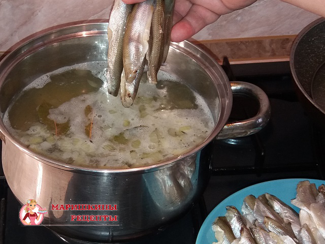 Добавим в суп подготовленную корюшку