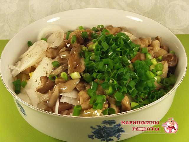 Поместим много нарезанной зелени в салат