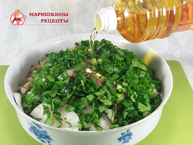 Польем салат подсолнечным маслом