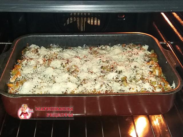 За 10 минут до готовности посыпаем натертым сыром
