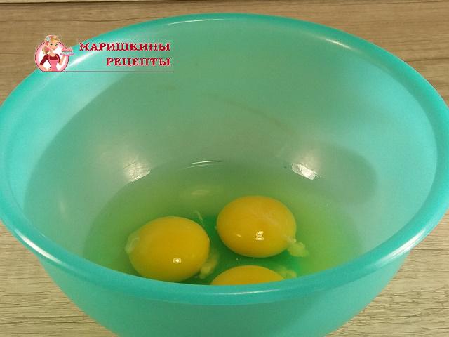 Разбиваем куриное яйцо в миску с высокими бортами