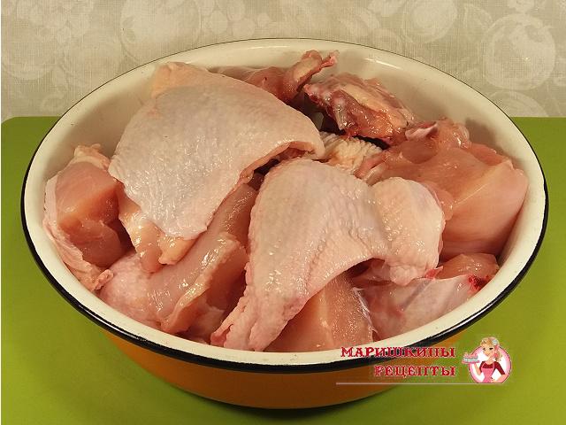 Разделим тушку курицы на порционные куски