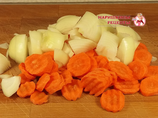 Нарежем морковь и лук