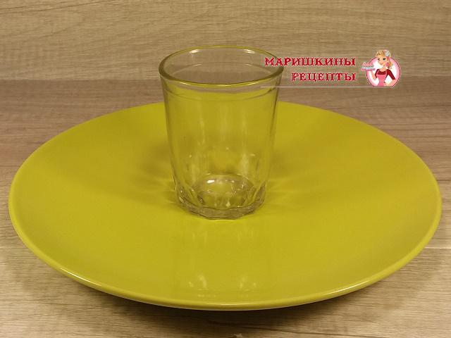 Ставим стакан на середину блюда