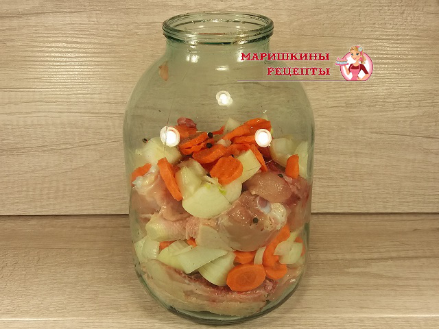 Укладываем в банку слоями курицу, лук и морковь