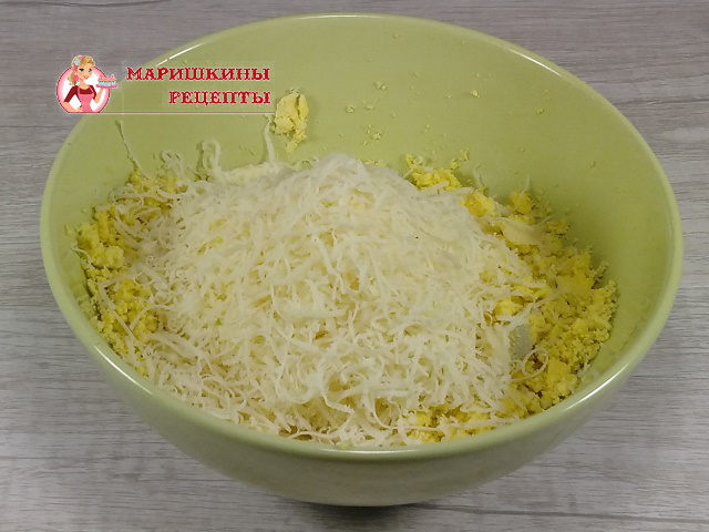 Сверху натрем сыр на мелкой терке