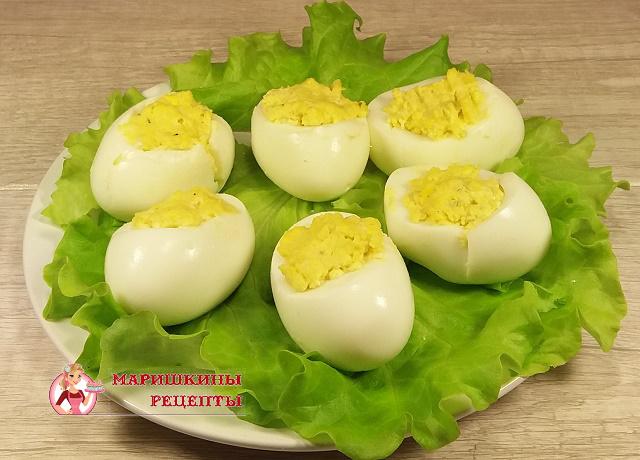 Наполним белки яиц готовой начинкой
