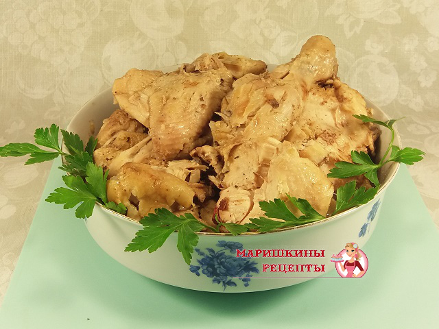 Выложим готовую курицу из банки в блюдо с высокими краями