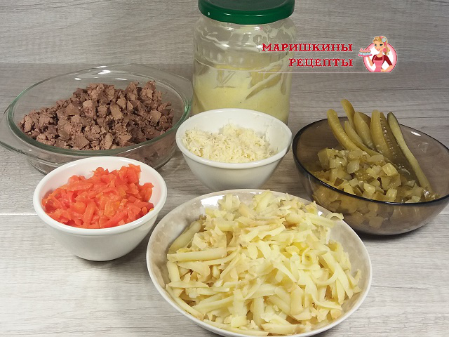 Подготовленные ингредиенты для салата из куриной печени