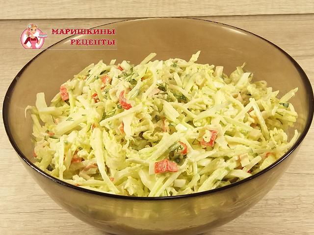 Перемешаем салат из редьки с огурцом