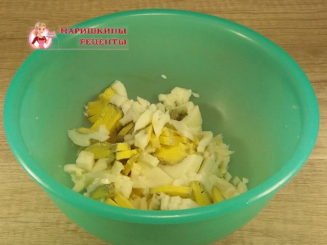 Порежем на дольки сваренное вкрутую куриное яйцо