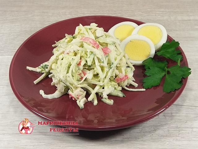 Выложим готовый салат на тарелку и украсим