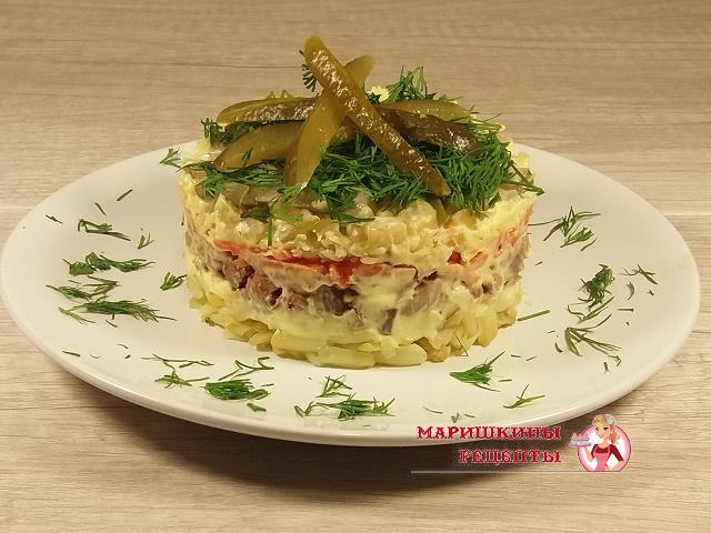 Украшаем салат зеленью и ломтиками огурца
