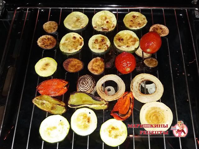 Овощи перевернем на решетке и снова смажем маринадом
